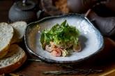 Салат с креветкой, томатами и авокадо с имбирным соусом