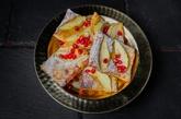 Горячие плюшки из слоеного теста с яблоками и корицей